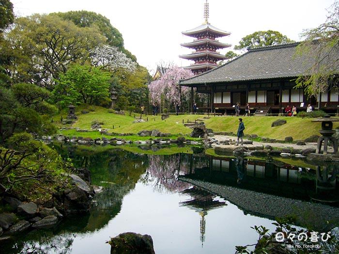 panorama etang sensoji avec vue sur le pavillon et la pagode