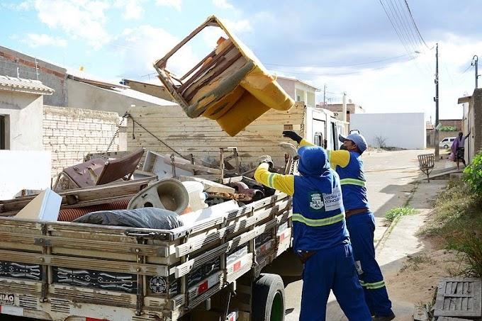 Vit. da Conquista: Secretaria de Serviços Públicos realiza coleta de resíduos no Senhorinha Cairo.