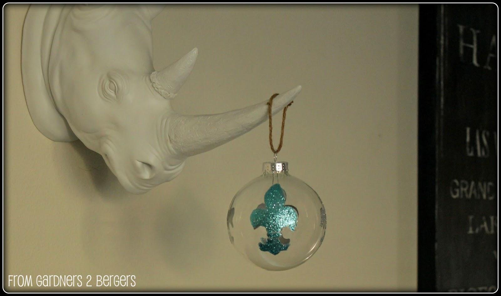 Stenciled-Fleur-de-Lis-Ornament