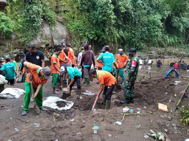 Tim Gabungan Bersama Masyarakat Bersihkan Material Longsor
