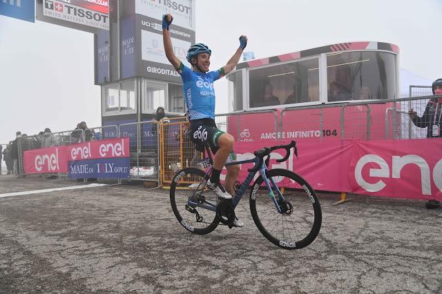 Lorenzo Fortunato celebra a vitória no alto do Monte Zoncolan