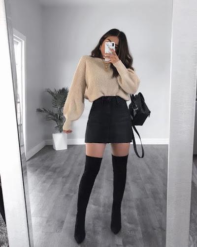 outfit casual con botas largas y falda