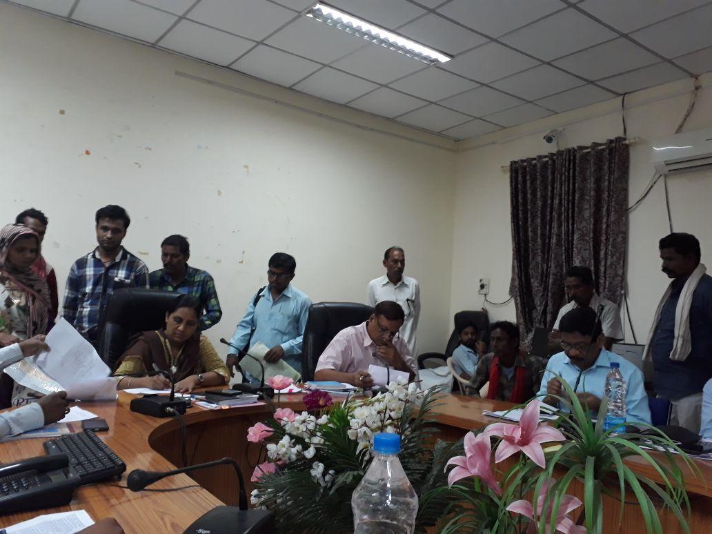 District-Panchayat-and-ADM-taking-Application-in-Jansuniai-जनसुनवाई में सीईओ जिला पंचायत एवं एडीएम ने लिये आवेदन