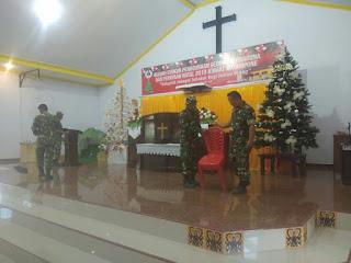 Jelang Natal, Personel Koramil 07/TR Bersama Warga Bersihkan Gereja