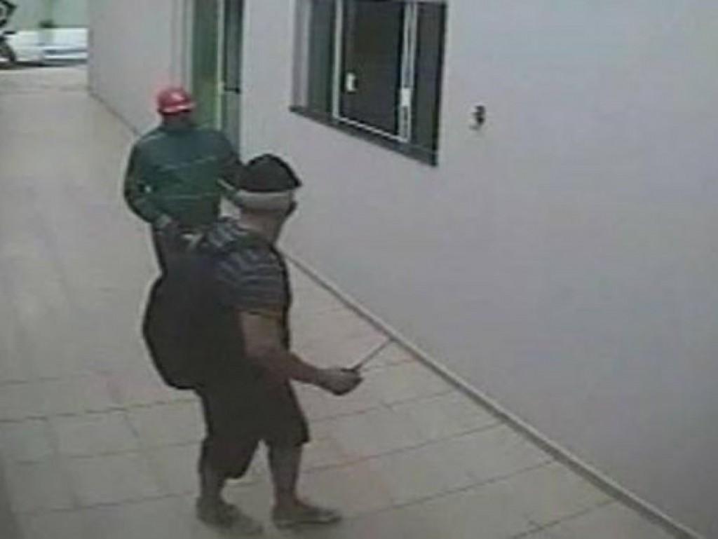 Quadrilha mantém família refém durante roubo e tenta matar testemunha a tiros
