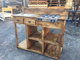 Mueble para cocina de palets reciclados con parrilla y tarja
