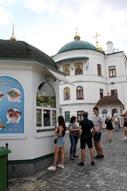Покупатели выбирают православный товар