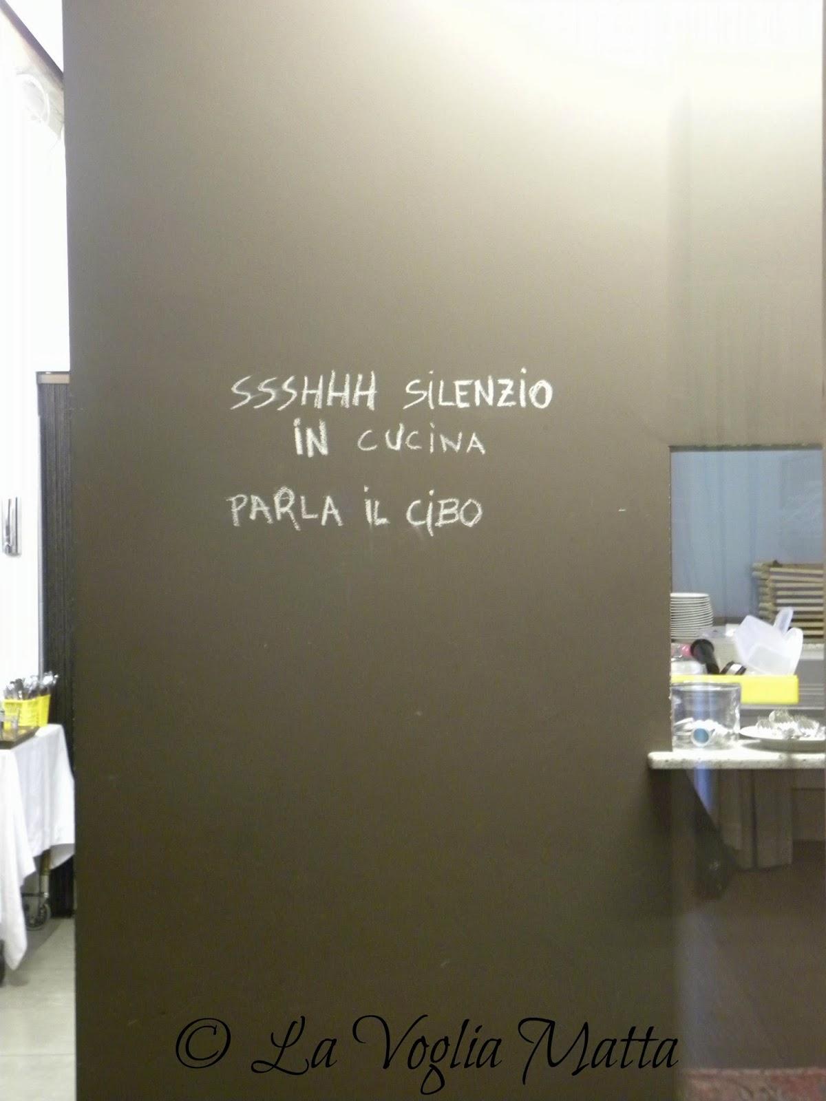 Orsone scritta sulla porta della cucina