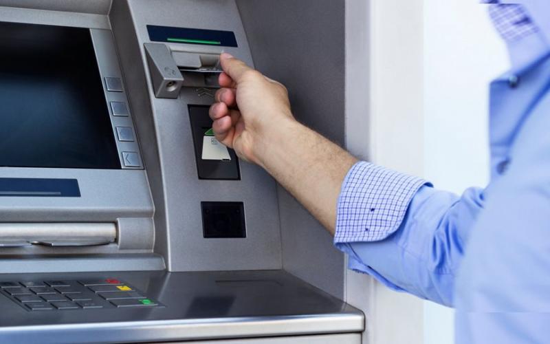 Συναλλαγές στις τράπεζες: Όλες οι χρεώσεις - Τι πρέπει να ξέρετε