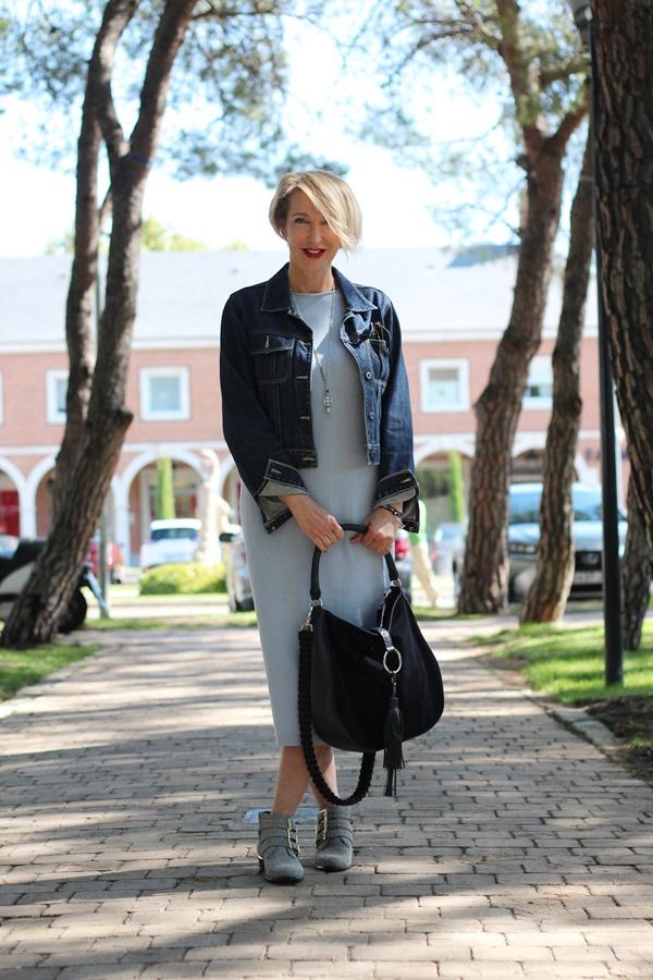 Strickkleid und Jeansjacke im Herbst