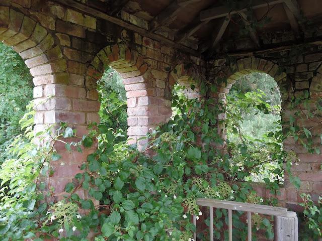 ceglana architektura w ogrodzie i pnącza