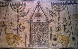 Muitos dos símbolos incluídos no painel de mosaico superior reafirmam a natureza judaica da sinagoga de Beth Alpha: a Arca da Aliança no centro (Aron Kodesh), luz eterna (ner tamid), dois candelabros de sete braços (menorot; plural , menorah), fronda da palma (lulav), cidra(etrog), e uma pá de incenso (Mahta). Estas imagens formam uma espécie de painel identificativa da sinagoga.