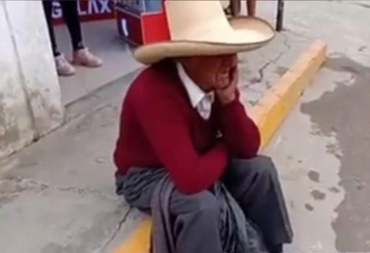 Abuelito llora desconsolado porque sus hijos le están exigiendo la herencia en vida