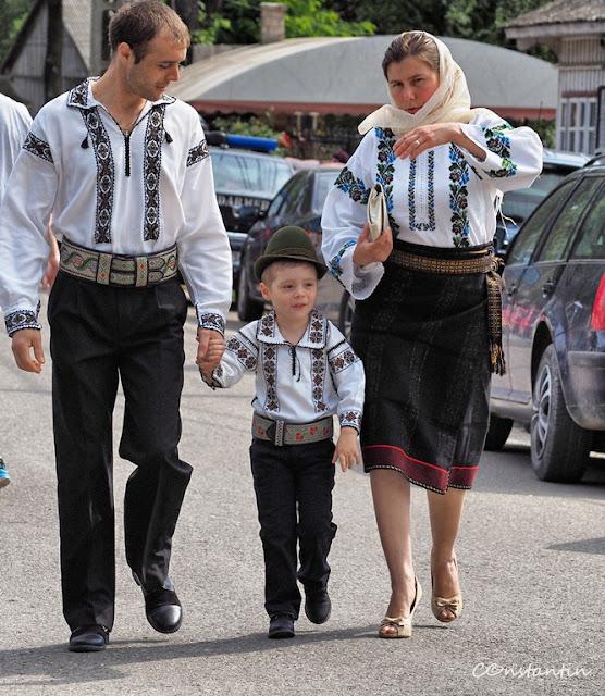 Mãnãstirea Humor - În zi de sãrbãtoare toatã familia merge la slujbã la bisericã - blog Foto-Ideea