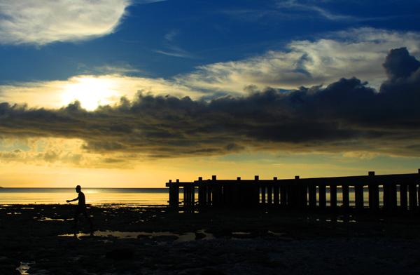 Cara seru menikmati sunset di pantai