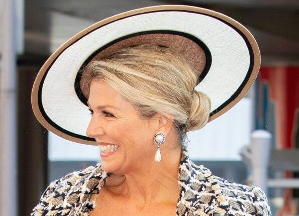 Queen Maxima wore a cotton and wool blend tweed dress and jacket from Oscar de la Renta, pearl drop earrings