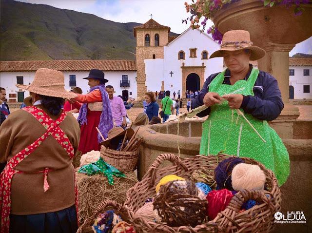 Mujeres tejiendo en la plaza principal de Villa de Leyva