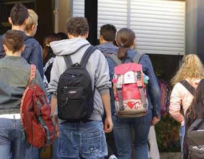 Studenti delle medie fuori scuola