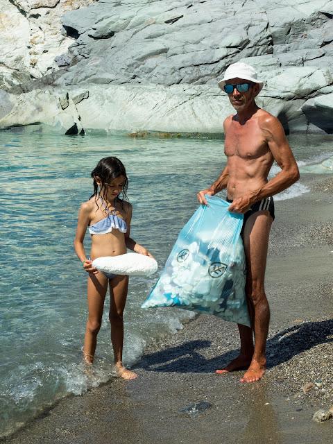 raccolta della plastica sulla spiaggia