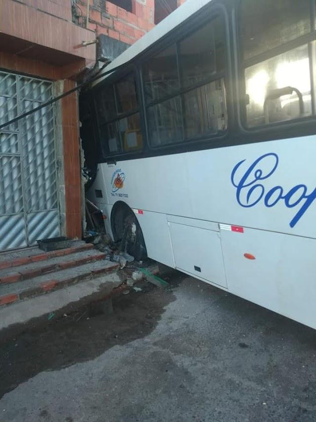 Ônibus bate em carro e invade casa no bairro São Vicente em Camaçari.