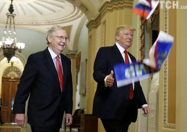 Дональда Трампа закидали флажками с российским триколором в здании конгресса на Капитолийском холме.