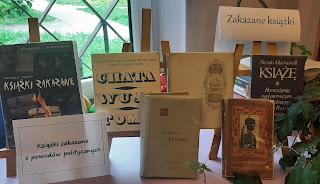 Zdjęcie przedstawia 5 książek na sztalugach i dwa napisy; Książki zakazane i Książki zakazane z powodów poltycznych
