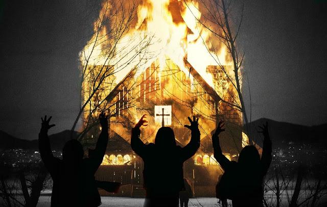 Imagem de divulgação do filme Lord of Chaos, contendo três pessoas com as mãos levantadas enquanto uma igreja pega fogo mais a frente, fazendo referência à queima de igrejas da década de 90 na Noruega.