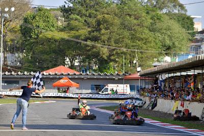 Equipe Car Racing/América.Net recebendo a bandeirda de vitória (Foto: Pedro Bragança/Click Pix Kart)