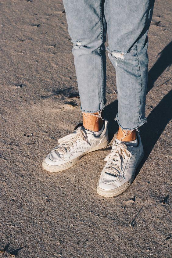 Calça Jeans Masculina com Barra Cortada Desfiada e Tênis Branco