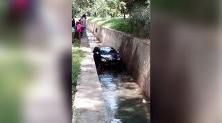 Beredar Foto Mobil Masuk ke Saluran Air