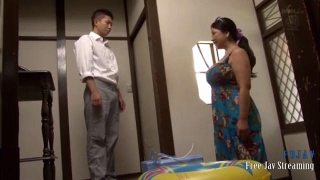 زوجة الاب الاسيويه تتناك من ابن زوجها فى المنزل