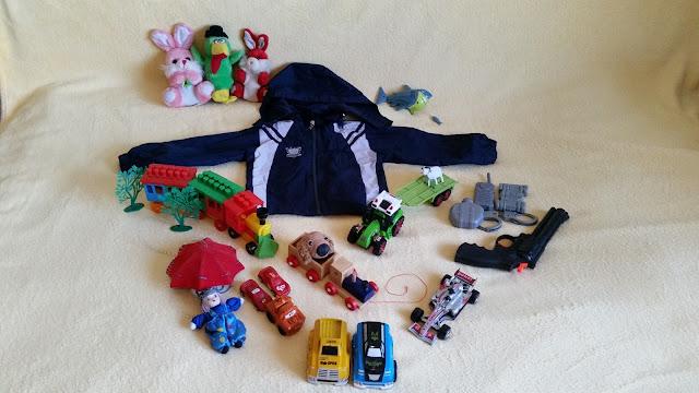 Geacă de primăvară mărimea 104 cm, împreună cu diverse jucării gratuite oferite de Omul din palarie