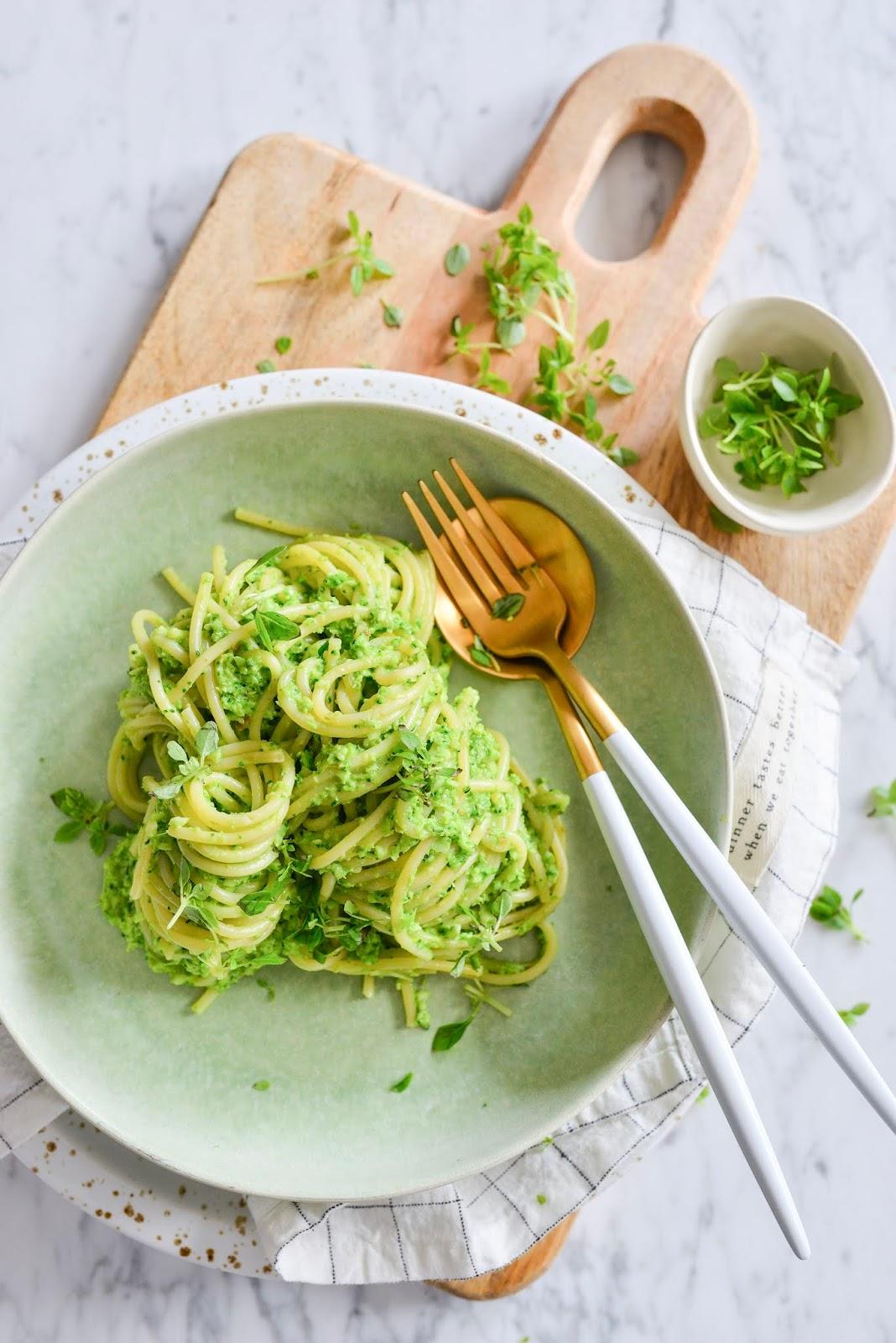 Spaghetti w sosie z surowym brokułem.