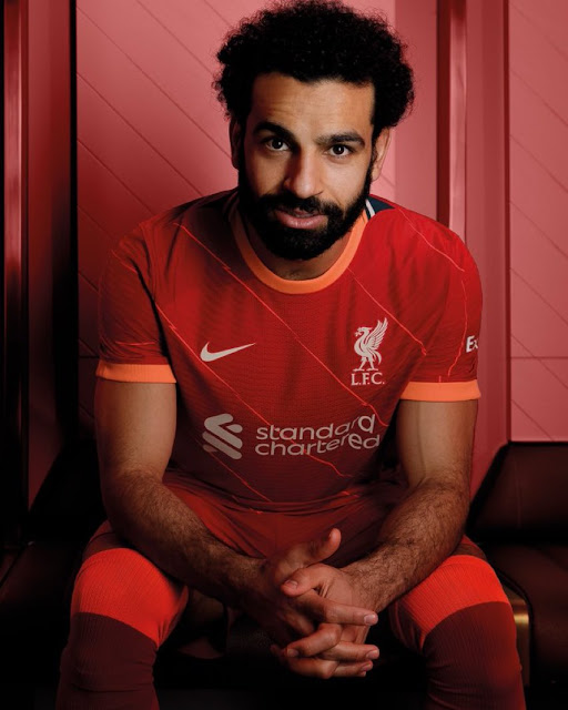 صلاح مع تى شيرت ليفربول الجديد للموسم المقبل 2022