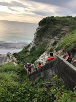 海へ続く階段を降りるメンバー