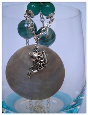 pendentif poisson, nacre et perles turquoises
