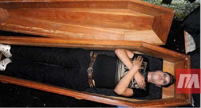 Ένας «νεκρός» ξυπνά στο νεκροτομείο και επιστρέφει στο πάρτι όπου είχε «πεθάνει»!