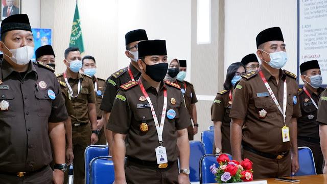 Caption: Kajari Nganjuk Nophy Tennophero Suoth (tengah) bersama jajarannya mengikuti halal bihalal virtual bersama Jaksa Agung Burhanudin, Rabu (19/5/2021).