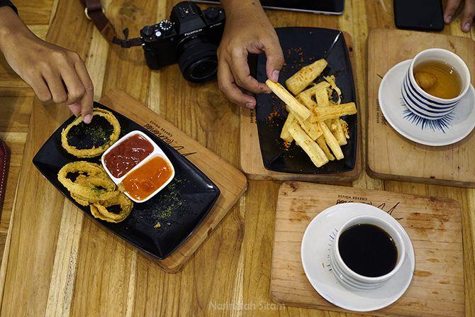 Menikmati kopi dan kudapan di Mathonos Coffee House Jogja