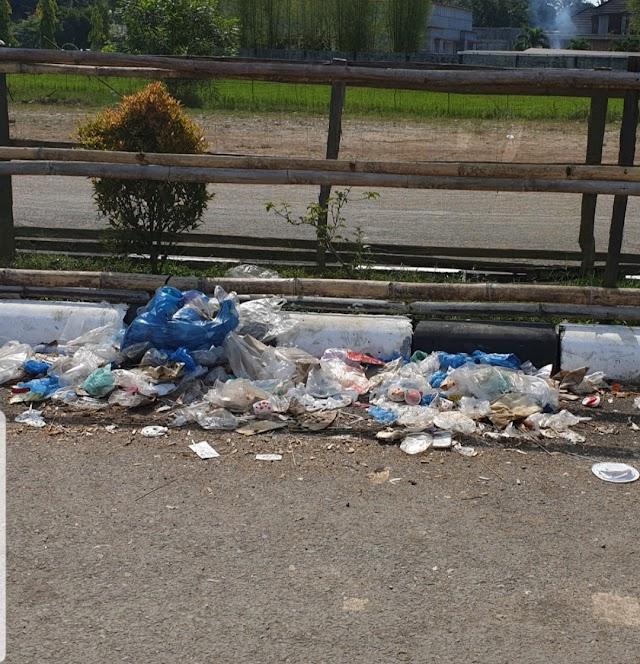 Sampah Bertaburan 200 M di Jalan  Julur 2 ,Menjelang Kantor DPRD Kab Sijunjung
