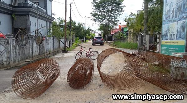 PALANG JALAN :  Sepeda Pak Sabiqis (Bendahara Masjid Babussam Duta Bandara) diletakkan ditengah agar kendaraan tidak melewati besi besi yang sudah siap dinaiikkan ke bagian Kubah.  Sebentar saja kok.   Foto Asep Haryono