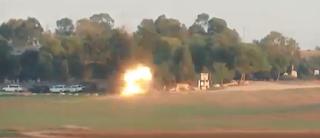 """خلال تصويره القصف من غزة ،صاروخ يفاجئ إسرائيليا. و""""يسقط بالقرب منه """""""