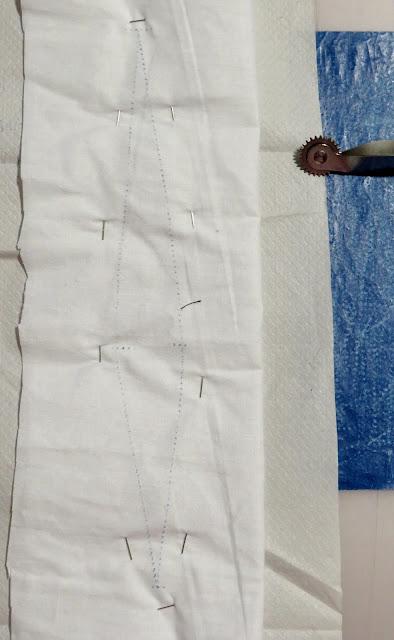 Pinza marcada sobre la tela con palede calco