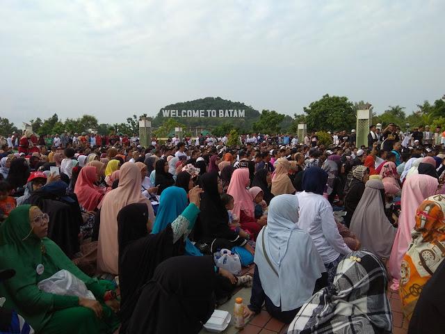 Tunggu Neno Warisman Datang, Massa Sudah Berkumpul di Pelantaran Masjid Raya Batam