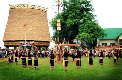 Kon Tum - Liên hoan nghệ thuật dân gian Tây Nguyên và Tuần Văn hóa - Du lịch
