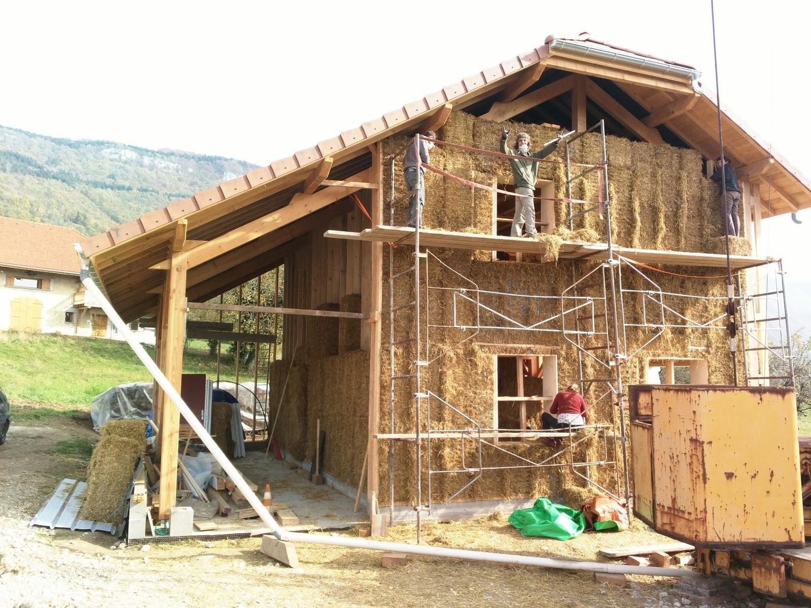 Autoconstruction d 39 une maison poteau poutre et paille dans for Autoconstruction paille