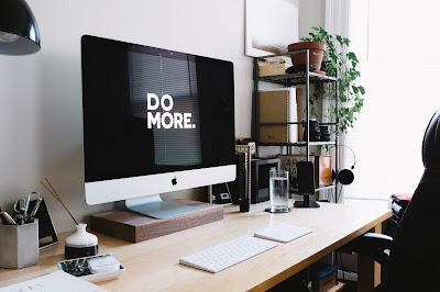 Mesa y pantalla de ordenador