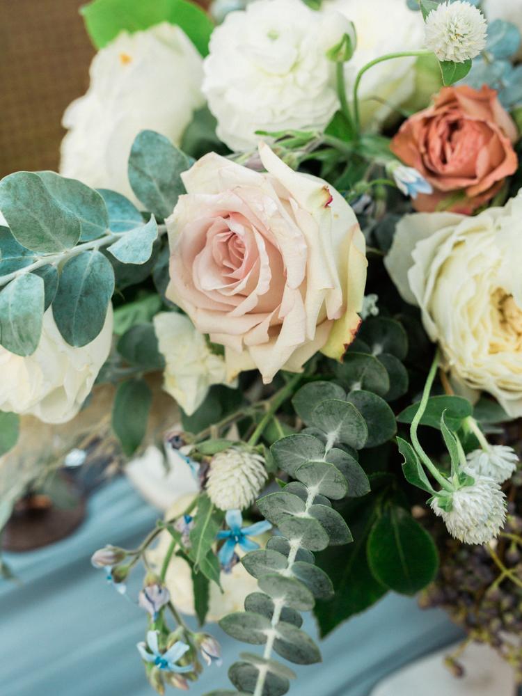 Dekoracje stołów weselnych, Dekoracje ślubne, Inspiracje ślubne, Pomysły ślubne, Motyw przewodni ślubu i wesela, Trendy ślubne, Kwiaty do ślubu, Kwiaty na stołach weselnych, Materiały graficzne, Kolor przewodni, Bukiet ślubny,