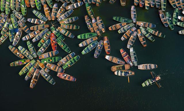 Trên bến thuyền Văn Lâm, hàng trăm con thuyền đầy màu sắc đã sẵn sàng phục vụ du khách tới tham quan, vãn cảnh.