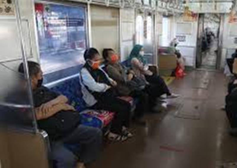 Jaga Jarak di KRL Commuter Line di Hari Pertama PSBB DKI Dikeluhkan Netizen